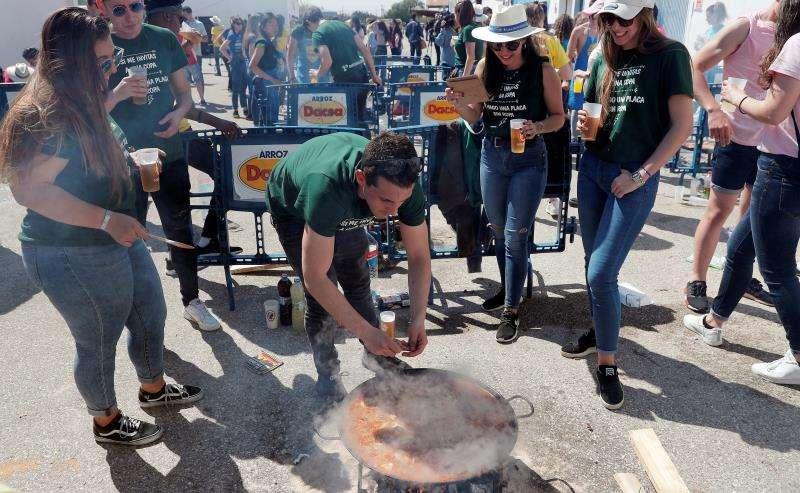 Varios jóvenes participan en el festival de las Paellas Universitarias de València, una fiesta que este año se celebra en el Multiespai de la pedanía de La Punta que ha vendido para esta edición 25.000 entradas. EFE