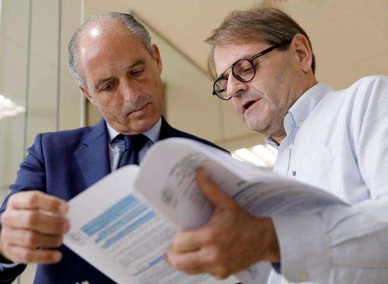 El expresidente de la Generalitat Francisco Camps (i) revisa unos papeles junto a un abogado. EFE/Archivo