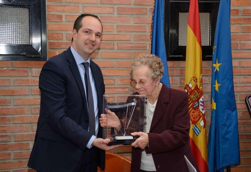 El alcalde de Aldaia entrega el reconocimiento a la mujer del artista. EPDA