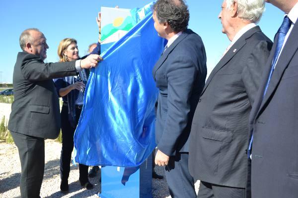 El alcalde de La Pobla de Farnals, la delegada del Gobierno en la Comunitat y el director general de Carreteras destapan el monolito del enlace. EPDA
