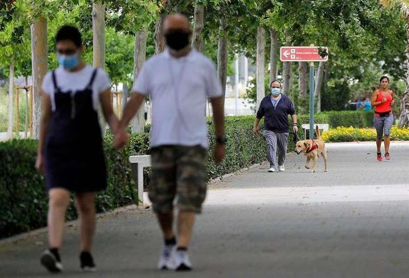 Una pareja pase con mascarillas.