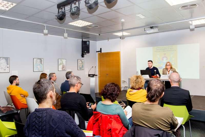 Asistentes a la charla sobre tecnología en Mislata. -EPDA