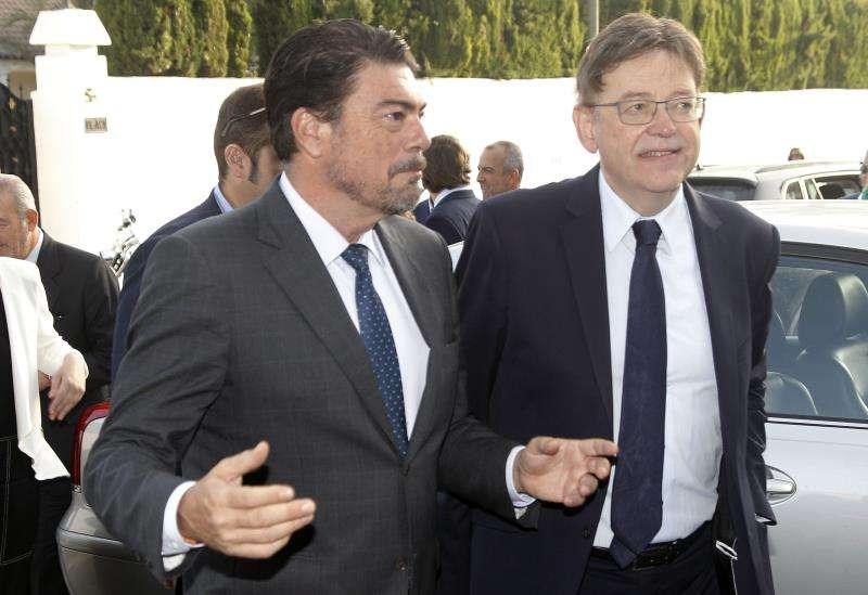 El president en funciones de la Generalitat y líder del PSPV-PSOE, Ximo Puig (d), con el alcalde de Alicante, Luis Barcala. EFE/Archivo