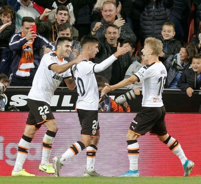 El centrocampista del Valencia Ferrán Torres (c) celebra un gol. EFE