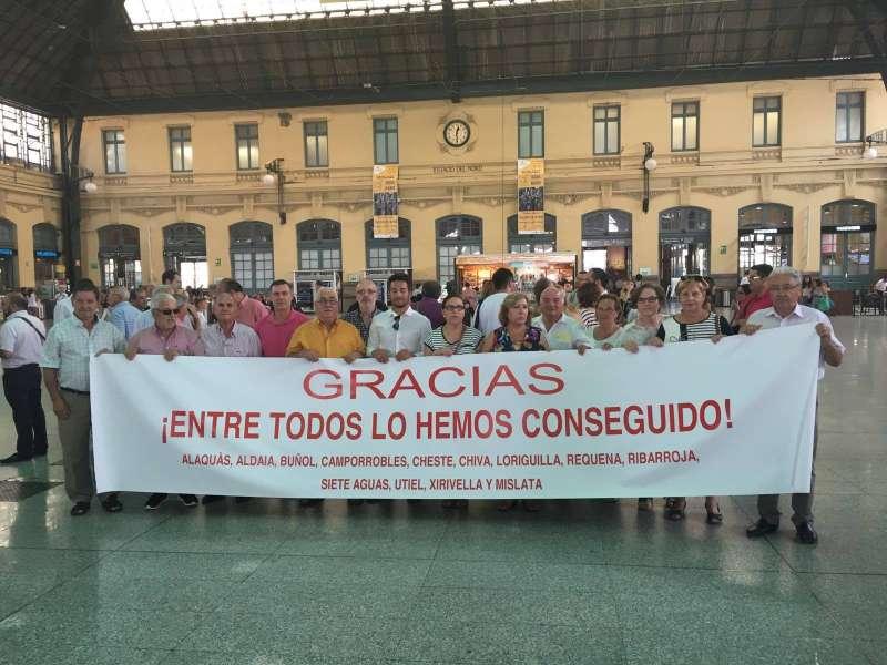 Los vecinos de Loroguilla en la estación del Norte de Valencia.//EPDA