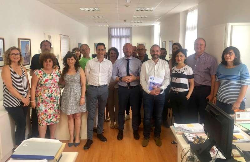 Bielsa junto a Toni Gaspar y trabajadores de la Diputación.
