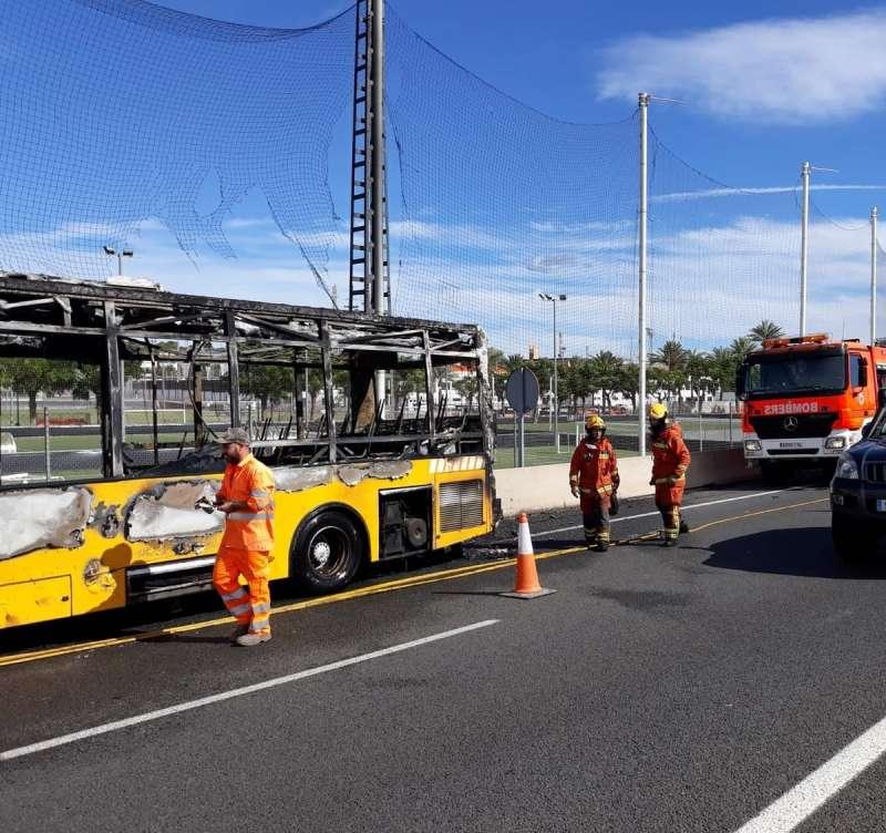 Estado del autobús tras el incendio. EPDA