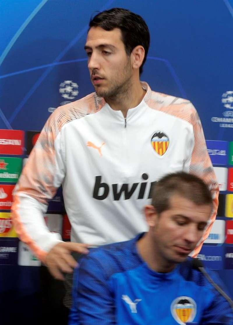 Dani Parejo junto al técnico Albert Celades (d) durante la rueda de prensa antes de medirse este miércoles al Chelsea. EFE