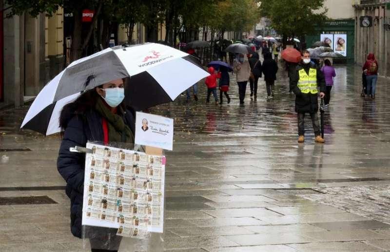 Una lotera ambulante vente lotería. EFE/Ballesteros/Archivo
