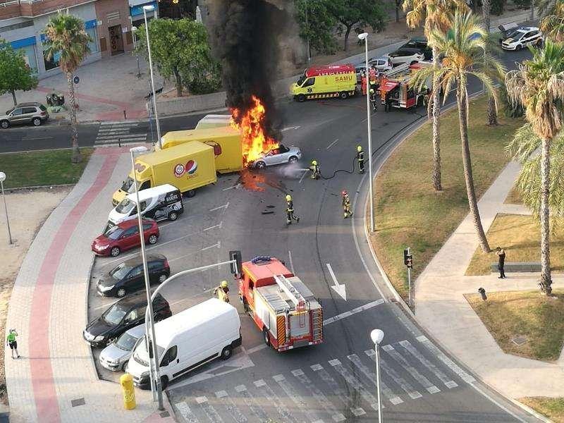 El coche del borracho incendiado en Alicante. EFE