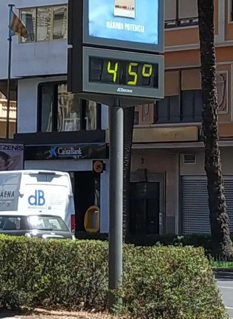 Un termómetro marca 45 grados, a las 14.30 horas, en València. EFE