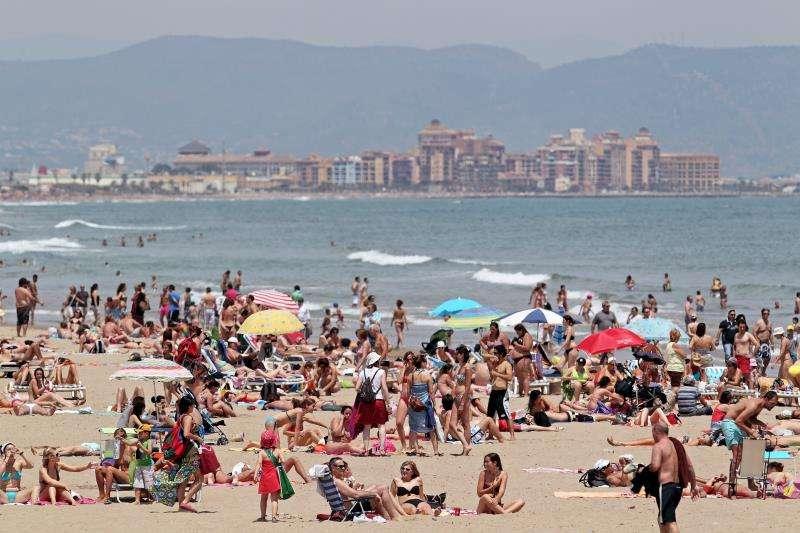 Numerosos bañistas en la playa de Las Arenas de València, en una jornada electoral anterior. EFE/Archivo