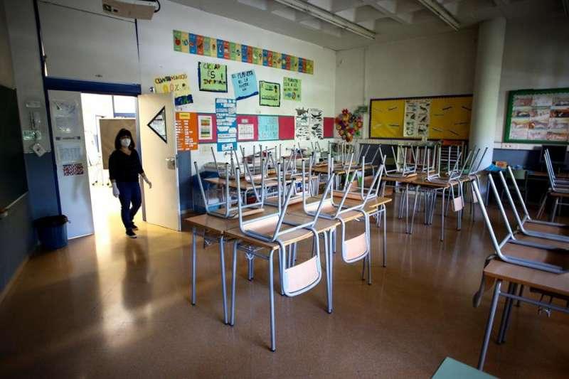 Vista de un aula vacía durante el estado de alarma. EFE/Quique García/Archivo