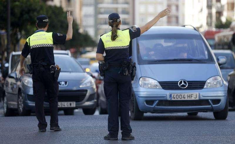 En la imagen, la Policía Local gestiona el tráfico en València. EFE/Archivo