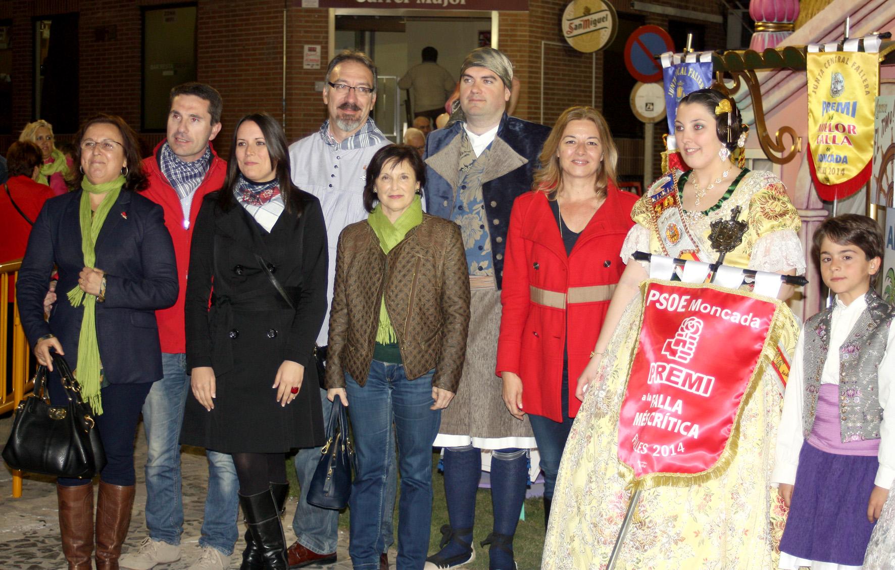 Miembros socialistas de Moncada con la Falla de la Tauleta en la entrega del galardón.