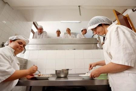 Imagen de los cocineros trabajando. FOTO: AVAN