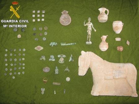 Entre el material recuperado se encuentran diversas monedas de diversas épocas , figuras de bronce y un caballo de piedra entre otras. Foto: Guardia Civil