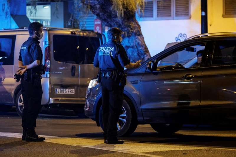 Dos agentes de policía local durante una intervención. EFE/Archivo