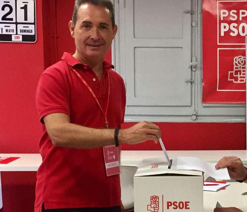El alcalde de Xirivella, Michel Montaner, en la votación del domingo. EPDA