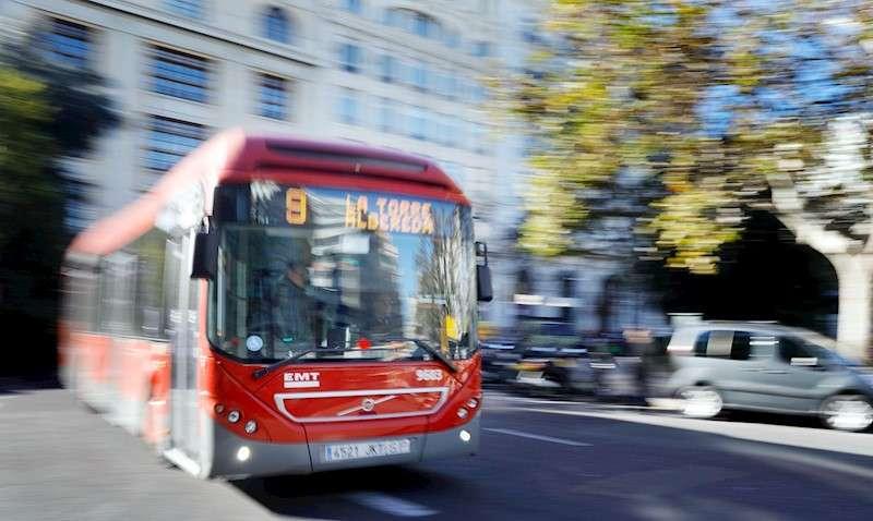 Un autobús de la Empresa Municipal de Transporte circula por el centro de València. EFE/Kai Försterling/Archivo