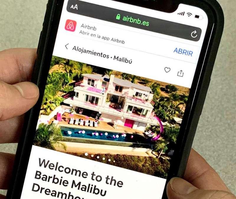Una persona consulta alojamientos en la aplicación Airbnb. EFE