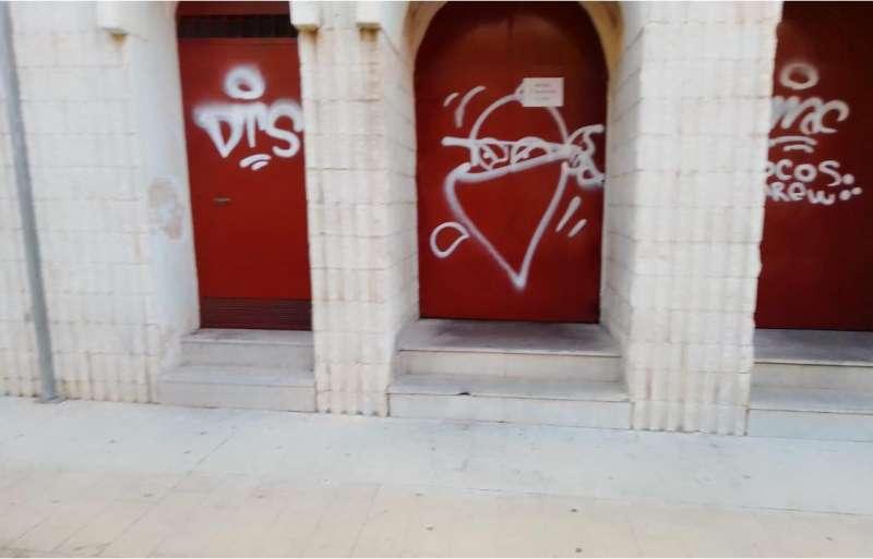 Pintadas en las puertas del pabellón