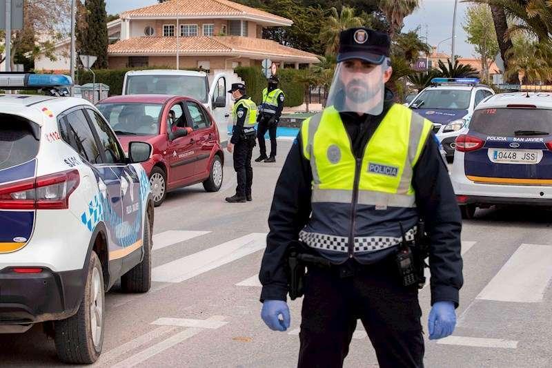 Un agente de la polic�a local durante un control de tr�fico para evitar los desplazamientos. EFE