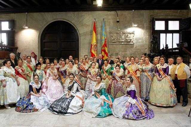 Las falleras del programa Avión Fallero son recibidas por el Jefe del Consell en el Palau de la Generalitat.