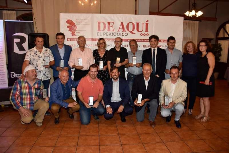 El director de El Periódico de Aquí, el delegado de la cabecera Alto Palancia y Alto Mijares y la comercial con los premiados y el secretario autonómico de Turismo. EPDA