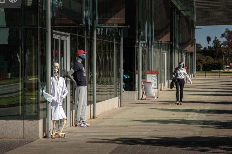 Una persona con mascarilla camina por el campus de la Universidad Politécnica de València, en una imagen de días pasados. EFE