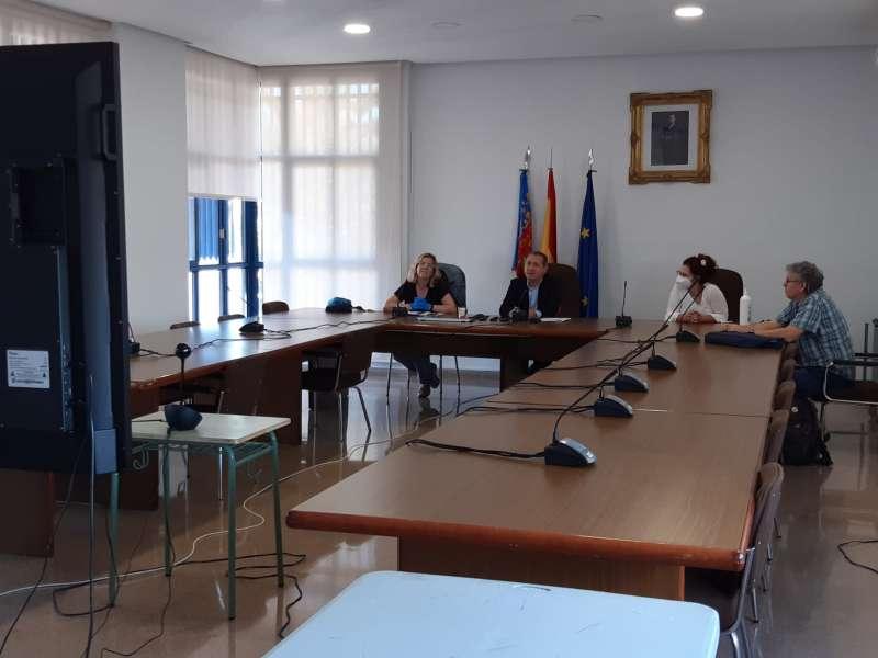 Montaner en la reunión virtual con entidades festivas y junto a otros miembros del gobierno en el salón de plenos. EPDA