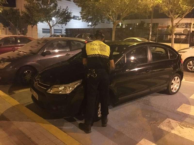 Un policía realizando el control en las plazas de aparcamiento reservadas para personas con movilidad reducida. EPDA
