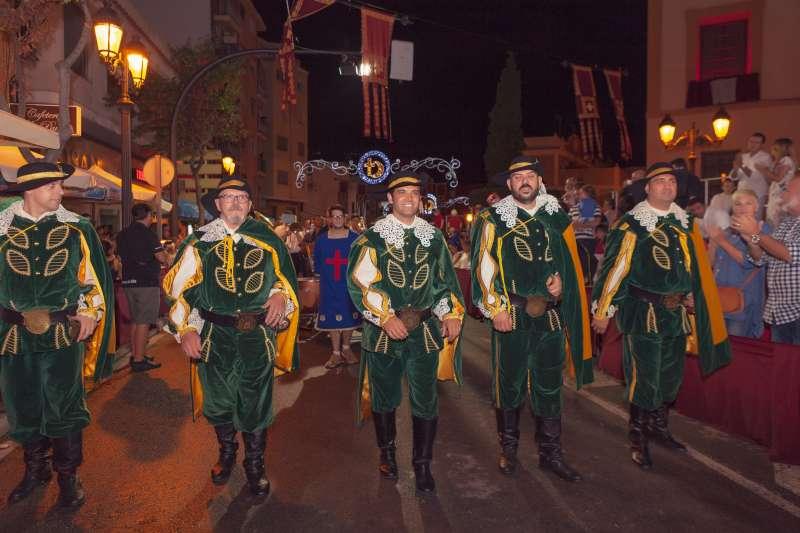 El alcalde desfilando en la Noche Cristiana