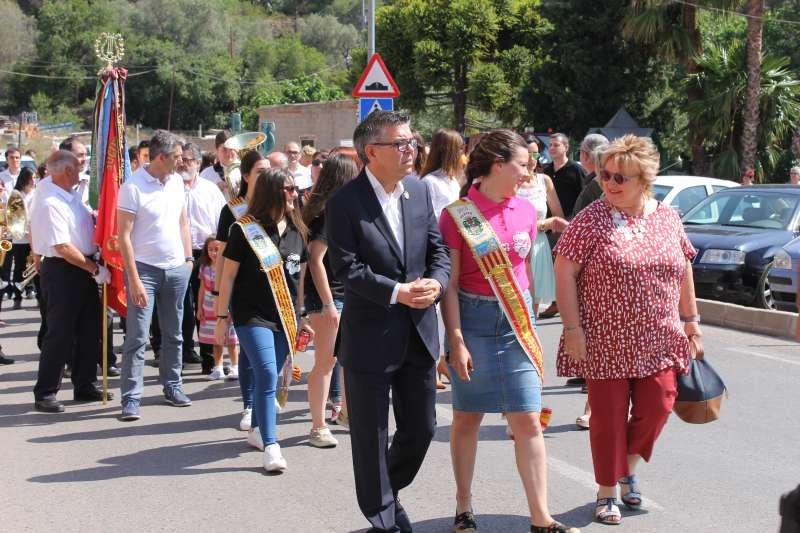 Xavier Arnal, la reina de les festes de Serra i la diputada Mercedes Berenguer. //EPDA