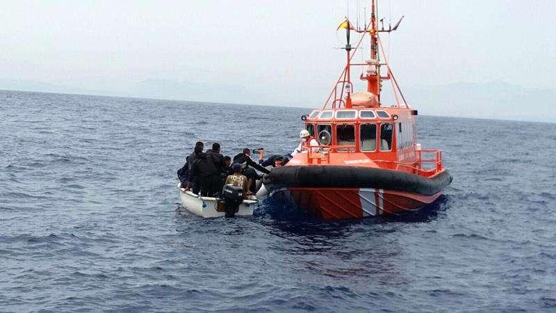 Fotografía de archivo, facilitada por la Guardia Civil, del rescate de diez inmigrantes frente a las costas alicantinas. EFE/Archivo