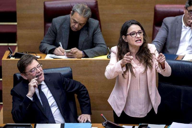 El president de la Generalitat, Ximo Puig (i), observa a la vicepresidenta y portavoz del Consell, Mónica Oltra (d), durante su intervención en Les Corts. EFE/Archivo