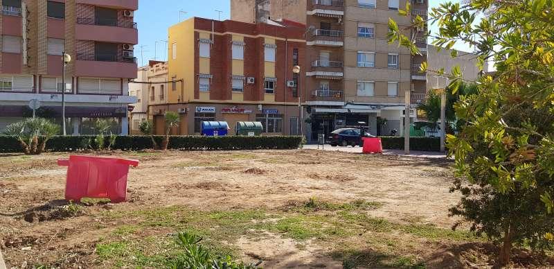 Zona verde arrasada de la plaza del Sol del Port de Sagunt. EPDA