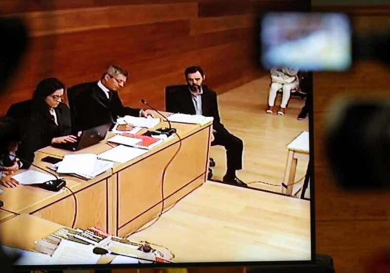 Miguel López (d), único acusado por el asesinato de María del Carmen Martínez, sentado junto a sus abogados en la sesión de hoy del juicio del llamado