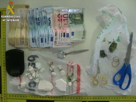 En los dos registros practicados por la Guardia Civil en ambos establecimientos, se incautó de numerosos envoltorios que contenían cocaína, listos para su venta.