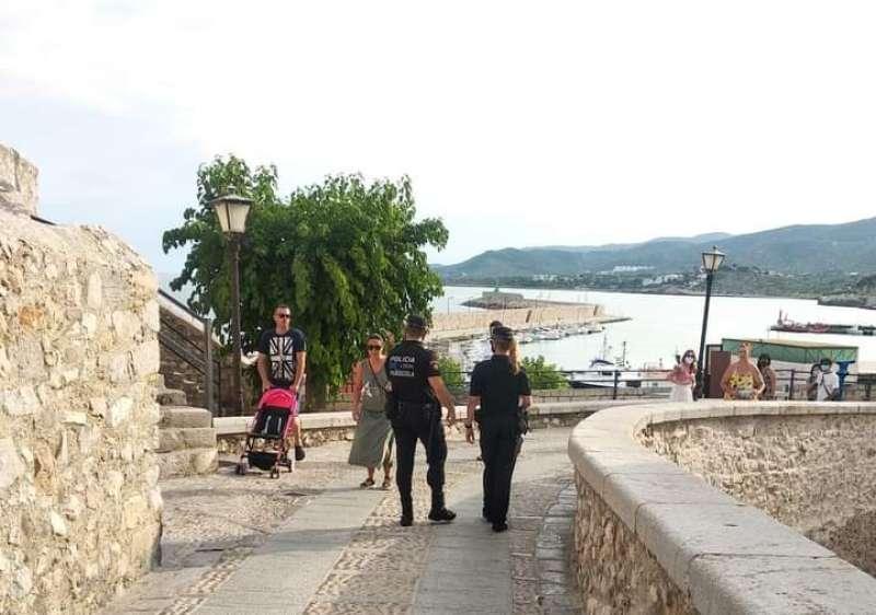 Policía Local de Peñíscola realizando tareas de concienciación / EPDA