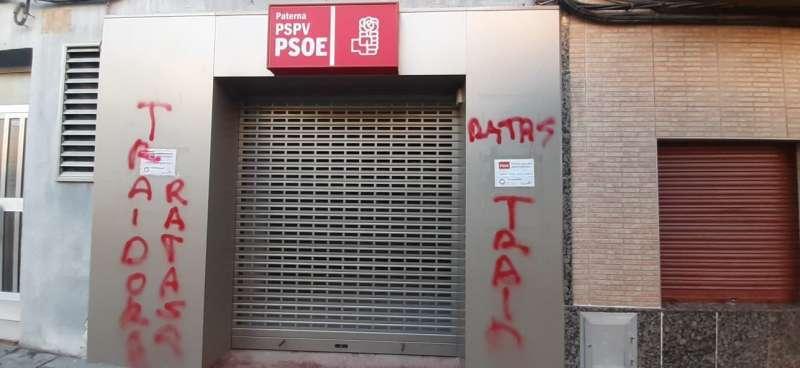 Pintadas en la sede socialista de Paterna. EPDA