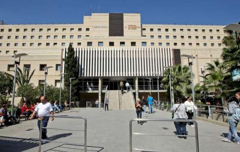 Fachada del Hospital Peset de Valencia. EFE