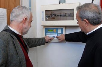 Francesc Llop (a la izquierda) y el rector del Patriarca, Juan José Garrido (a la derecha), activando el nuevo mecanismo. FOTO A. SÁINZ/AVAN