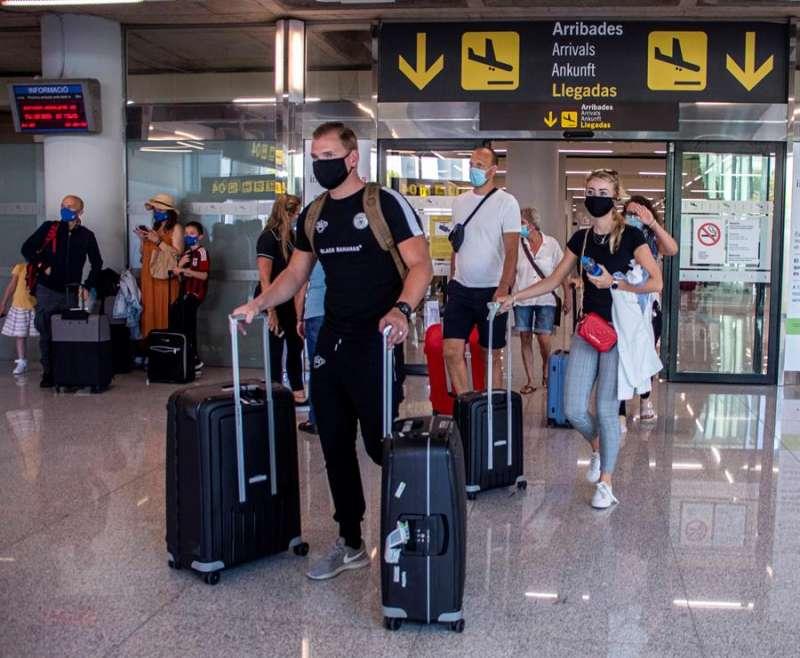 Extranjeros llegan de viaje a España. EFE