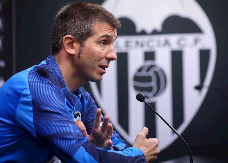 El técnico del Valencia, Albert Celades, en una rueda de prensa. EFE/Archivo