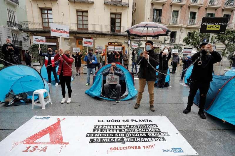 Los acampados ante la puerta de la Generalitat