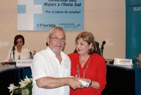 La Alcaldesa de Catarroja le entrega el diploma a José Salvador Perales. Foto: EPDA.