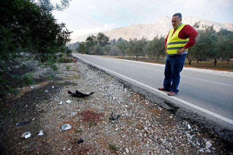 Un hombre mira el lugar donde tuvo lugar un accidente. EFE/Archivo