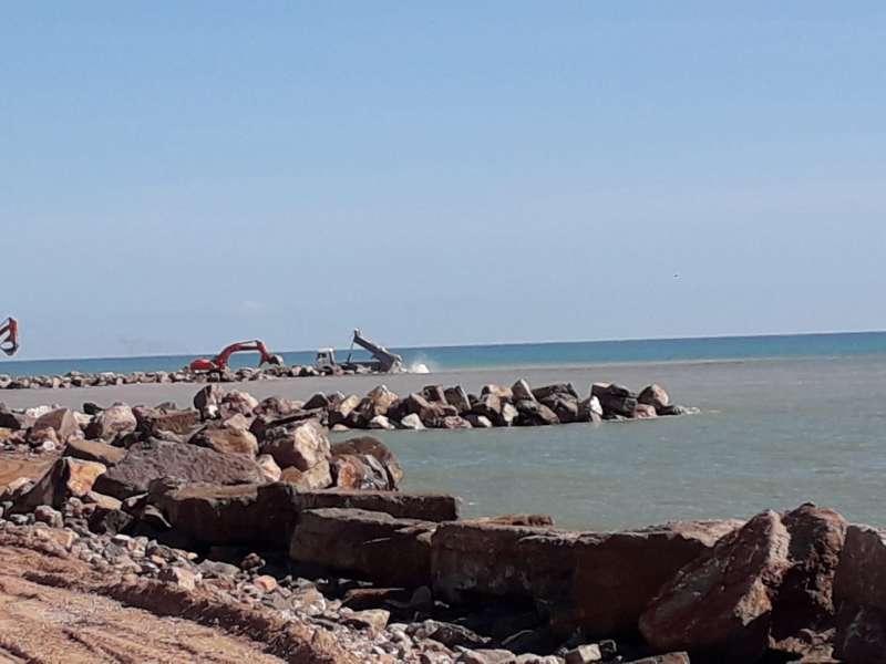 Construcción de los espigones de la playa de Almenara. / EPDA