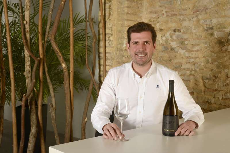 Vicent Penadés, director de Vinya Alforí, con el Negre, nuevo vino de la bodega.